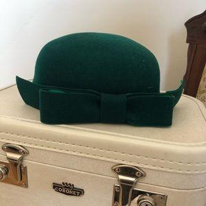 1960's felt pillbox tilt hat in emerald green.
